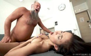 Sexo incesto avô tarado comendo a neta novinha