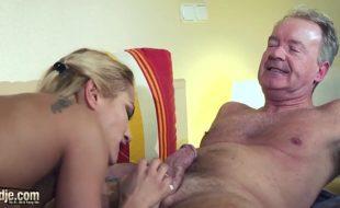 Vídeos de incesto com pai tarado comendo filha safada